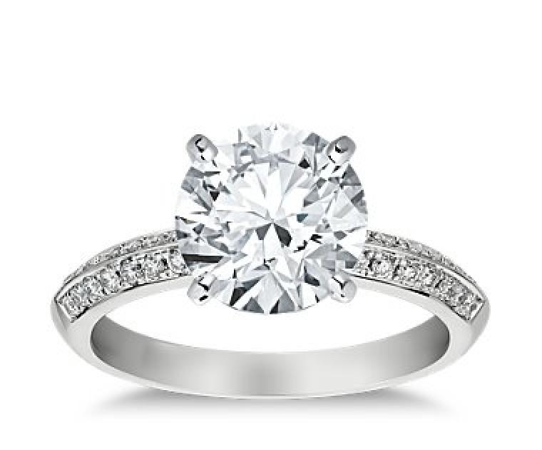 The Queen Diamond - 3,00 ct Zentraldiamant + 0,64 ct Seitensteine Diamantring in Weissgold