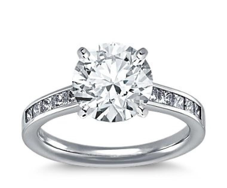 The Queen Diamond - 3,00 ct Zentraldiamant + 0,40 ct Seitensteine Diamantring in Weissgold