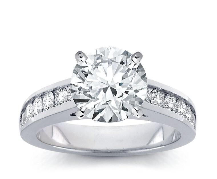 The Queen Diamond - 3,00 ct Zentraldiamant + 0,48 ct Seitensteine Diamantring in Weissgold
