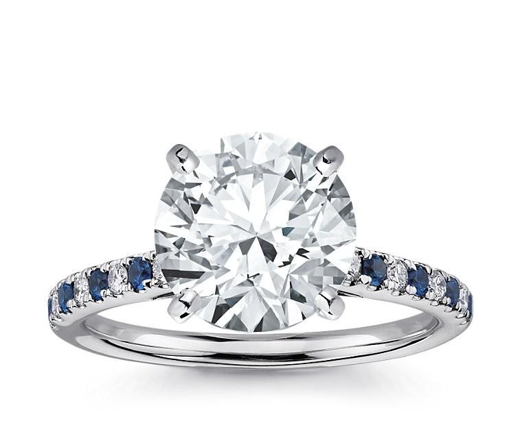 The Queen Diamond - 4,00 ct Zentraldiamant + 0,20 ct Seitensteine / 0,20 ct Saphir Diamantring in Weissgold