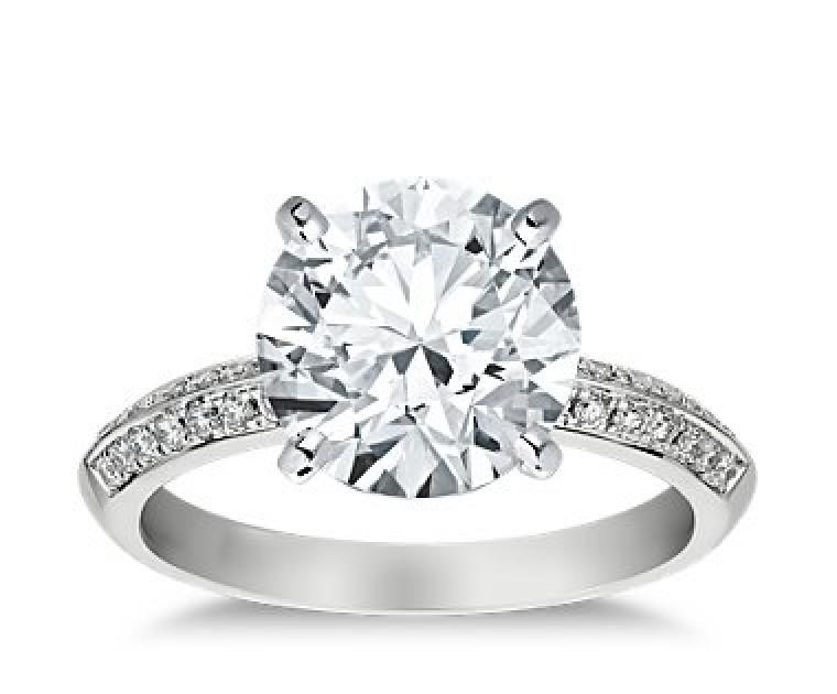 The Queen Diamond - 4,00 ct Zentraldiamant + 0,64 ct Seitensteine Diamantring in Weissgold