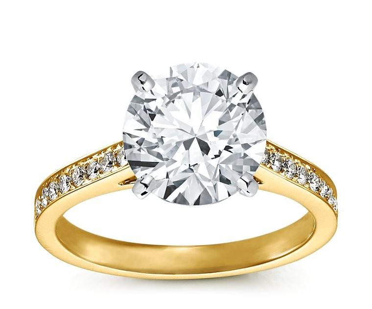 The Queen Diamond - 4,00 ct  Zentraldiamant + 0,48 ct Seitensteine Diamantring in Gelbgold
