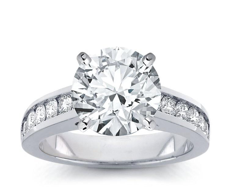 The Queen Diamond - 4,00 ct Zentraldiamant + 0,48 ct Seitensteine Diamantring in Weissgold
