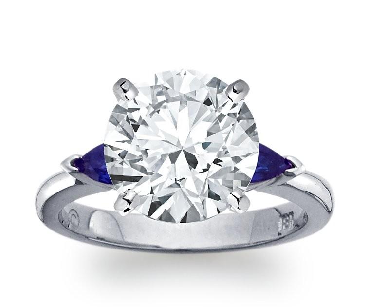 The Queen Diamond - 5,00 ct Zentraldiamant + 0,30 ct Seitensteine Saphir Diamantring in Weissgold