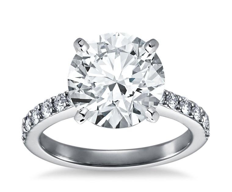 The Queen Diamond - 5,00 ct Zentraldiamant + 0,70 ct Seitensteine Diamantring in Weissgold