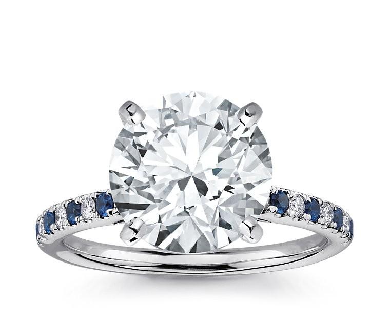 The Queen Diamond - 5,00 ct Zentraldiamant + 0,20 ct Seitensteine / 0,20 ct Saphir Diamantring in Weissgold