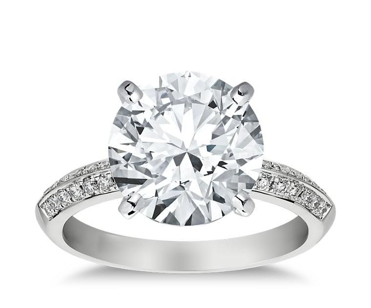 The Queen Diamond - 5,00 ct Zentraldiamant + 0,64 ct Seitensteine Diamantring in Weissgold