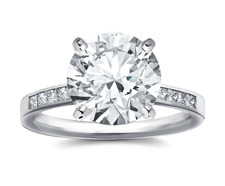 The Queen Diamond - 5,00 ct Zentraldiamant + 0,60 ct Seitensteine Diamantring in Weissgold