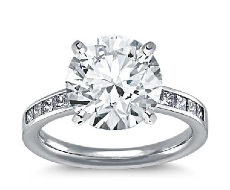 The Queen Diamond - 5,00 ct Zentraldiamant + 0,40 ct Seitensteine Diamantring in Weissgold